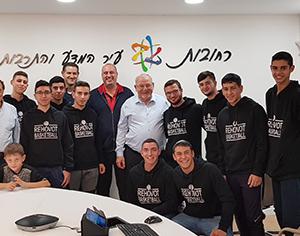 ראש העיר מארח את קבוצת הנוער אליצור בדרכה לטורניר חנוכה בניו יורק