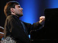 אלכסנדר קורסנטיה נגן הפסנתר הבינלאומי מגיע לרחובות