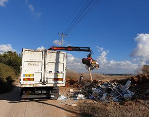 קבלן בשירות עירייה אחרת נתפס ״על חם״ משליך פסולת בשטחי העיר