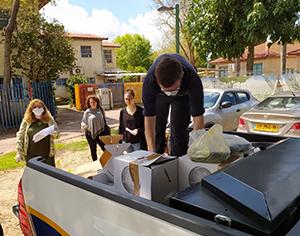 עיריית רחובות חילקה מנות מזון לאזרחים ותיקים בעיר