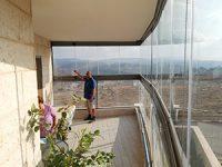 שדרגו את המרפסת – וילונות זכוכית