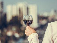 חוגגים ביחד ברחובות: הרמת כוסית חגיגית עירונית במרפסות