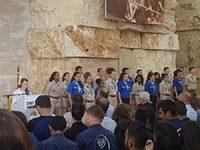 חניכי בימת הנוער לוקחים חלק בטקס מרכזי ביד ושם